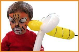 Tiger facepainting for a young boy holding a bumble bee balloon animal at this party in Connecticut.  Don't worry, its a friendly bumblebee!