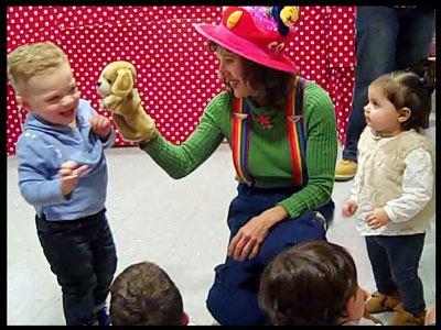 Daisy Doodle uses puppets and music to entertain kids at toddler birthday party nyc